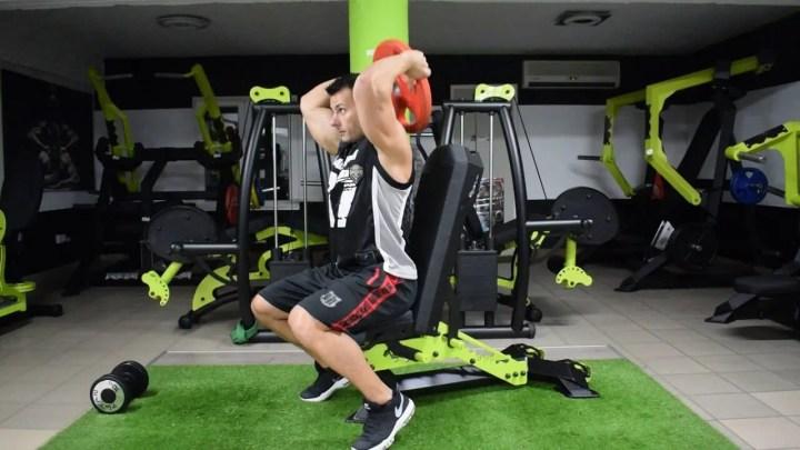 Press de tríceps con disco de pesas