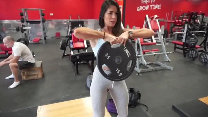 Ejercicio de tirón de disco de pesas