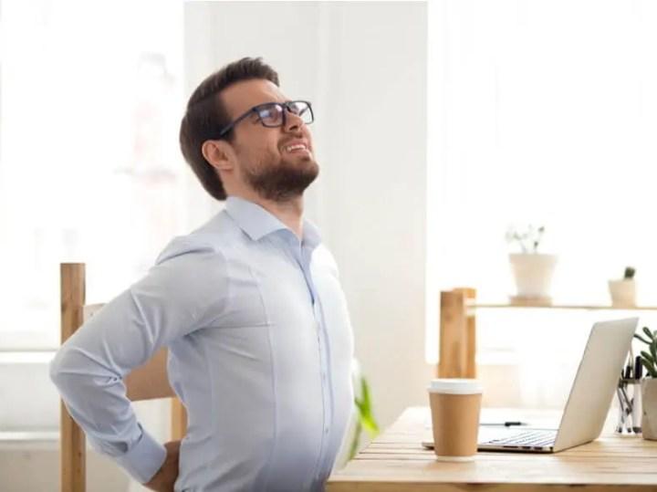Pasar mucho tiempo sentado puede implicar dolor de espalda