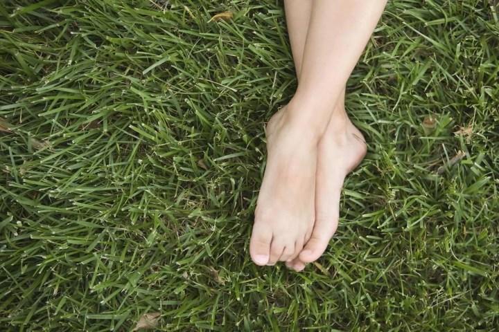 Caminar descalzo mejora tu estado de ánimo