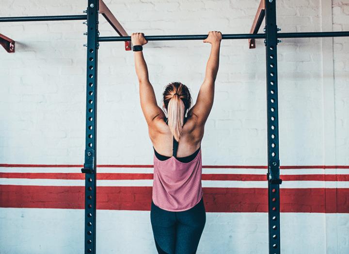Cómo hacer dominadas para unos brazos fuertes