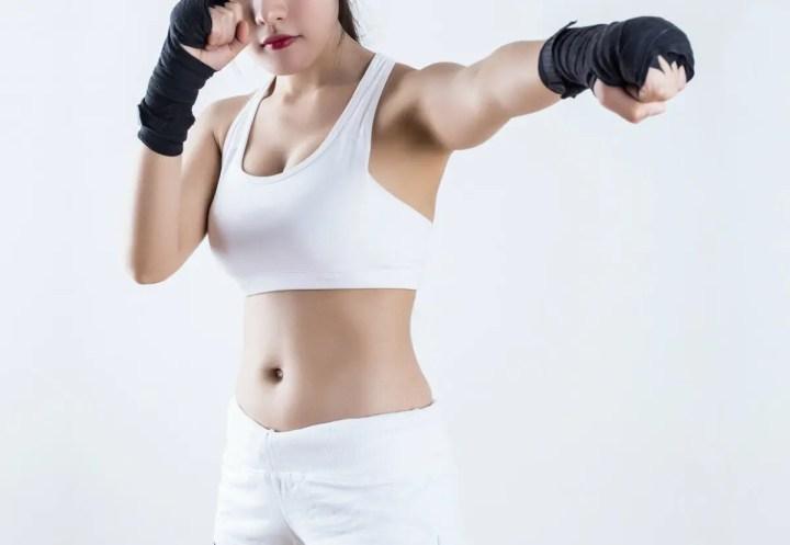 Movimiento de kickboxing para ejercitar los brazos