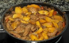 Lomo en salsa y almendras y melocotónes