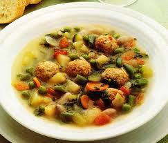 Sopas de verduras con albóndigas