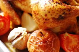 Capón asado al tomillo con manzana, frutos secos y migas dulces