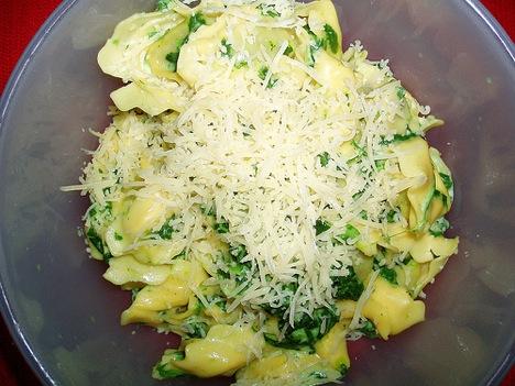 Ensalada de pasta con queso emmental