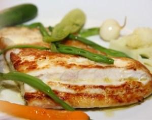 pescado escalfado con ensalada