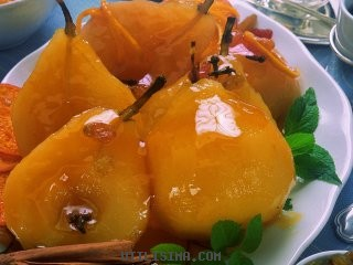 Peras a la naranja con salsa de damascos