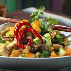 Wok de pollo, vegetales y almendras