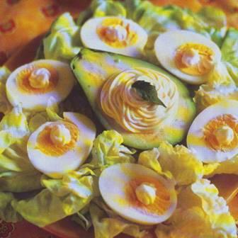 Aguacates con huevo duro y espárragos