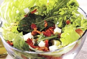 Ensalada de hojas verdes con panceta y queso