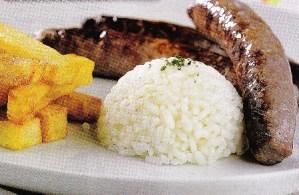 Salchichas con patatas fritas y arroz
