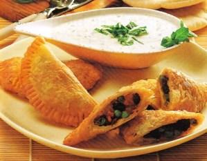 Empanadillas de verduras con salsa de yogur y hierbabuena