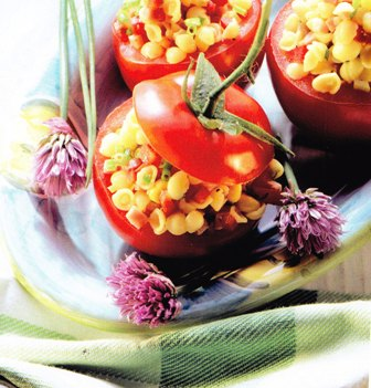 Tomates rellenos de ensalada de pasta