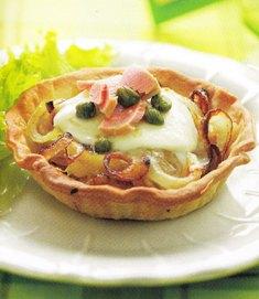 Tartaletas de cebolla, mozzarella y atún