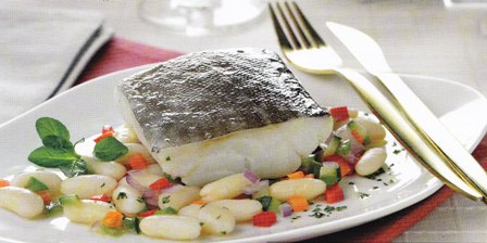 Bacalao sobre ragú de judías blancas y verduras