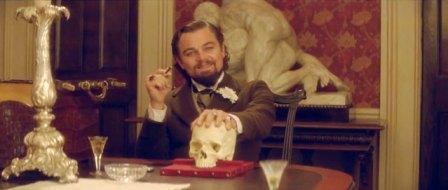 Fotograma de la película Django desencadenado que realiza una cita a Hamlet y que enmarca un discurso determinista.