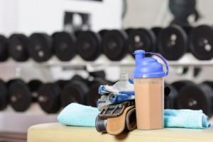Esta escena es repetida en cada gimnasio. Un batido de proteínas preparado y listo para ser bebido justo después de entrenar. ¿Qué tan bueno es hacer esto?