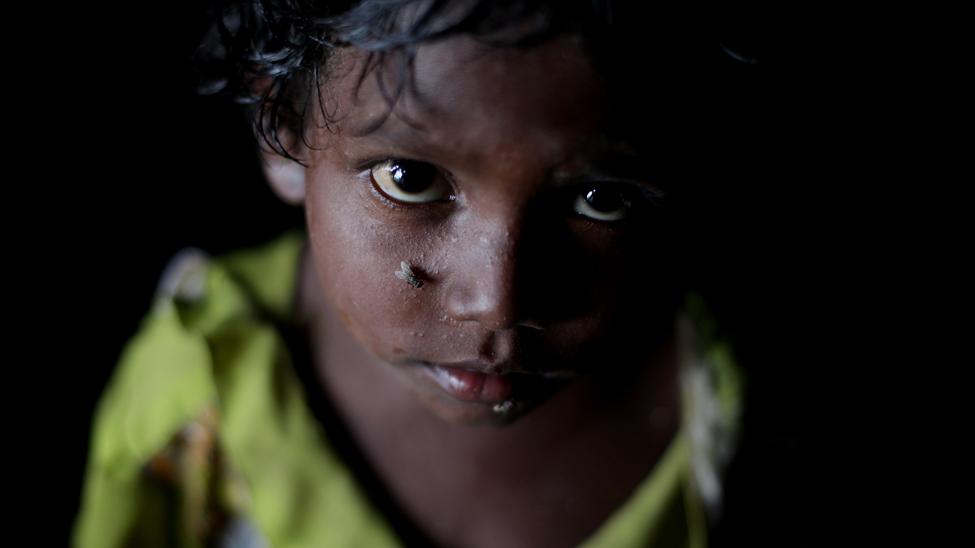 """Las niñas y mujeres dalit sufren lo que en India se conoce como """"triple discriminación"""": de casta, de clase y de género. Hay una media de mil violaciones de mujeres dalit al año y muchas niñas aún son explotadas sexualmente como devadasi o """"sirvientas de Dios"""". Esta antigua práctica religiosa que impone la prohibición de casarse y la obligación de servir en un templo, recluta a miles de niñas cada año en lo que actualmente es un sistema ilegal pero organizado de prostitución. El 93% de las devadasi son dalit. (Jason Taylor / ActionAid)"""