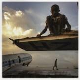 Foto: Michael C. Brown / Magnum / UNICEF. La ciudad de Goma, en la República Democrática del Congo, ha provisto imágenes tristes durante décadas. Centenares de miles de personas huyeron allí durante la guerra civil en Ruanda. Tropas del país vecino ingresaron repetidamente para perseguir a aquellos responsables del genocidio. Luego, en 2002, una corriente de lava del vecino volcán Nyiragongo atacó la ciudad. La pista del aeropuerto está todavía sepultada debajo de metros de lava seca. Muchas familias construyeron refugios temporarios en los bordes de los campos volcánicos. Para los niños, también se crearon nuevos juguetes: las ruinas de aviones, bien preservadas. El fotógrafo estadounidense Michael Christopher Brown documentó las imágenes.