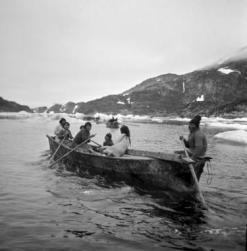 Inuits canadienses en sus embarcaciones tradicionales (umiak), utilizados para la caza y el transporte. / Jette Bang Photos/Arktisk Institut.