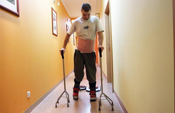 Un-hombre-paralizado-vuelve-a-caminar-tras-un-trasplante-de-celulas-olfativas-en-su-columna_image_380