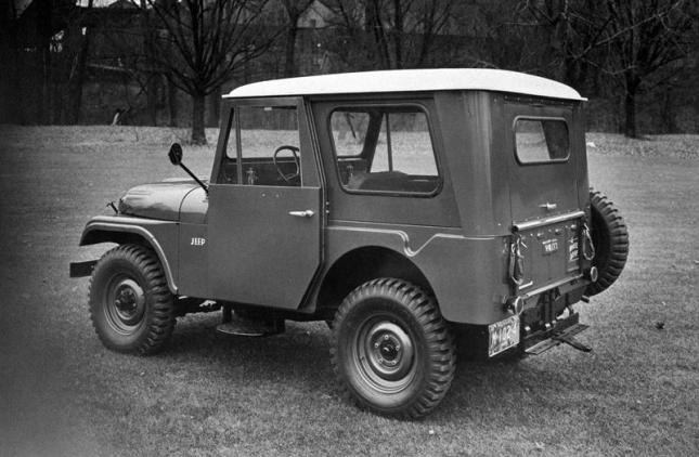 """El modelo CJ-5 (CJ son las siglas de """"civilian Jeep"""" o """"Jeep civil"""") de 1955. El diseño de los modelos civiles del Jeep original era básicamente idéntico al del vehículo militar excepto en pequeños detalles como la posición de la rueda de repuesto. Foto: Jeep / handout"""