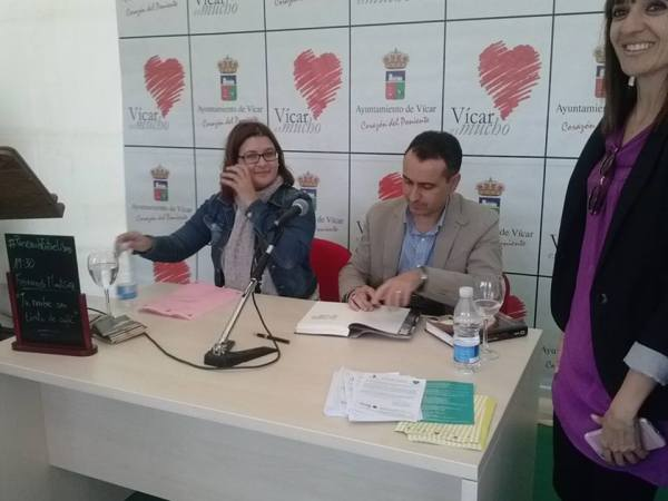 El escritor Fernando Martínez López firmando ejemplares de su novela en una presentación
