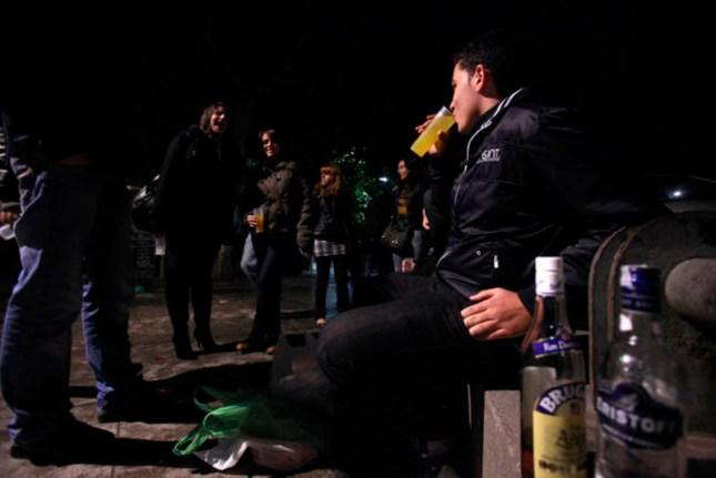 Jovenes consumen alcohol en las calles de Madrid el sabado 30 de octubre de 2010 por la noche