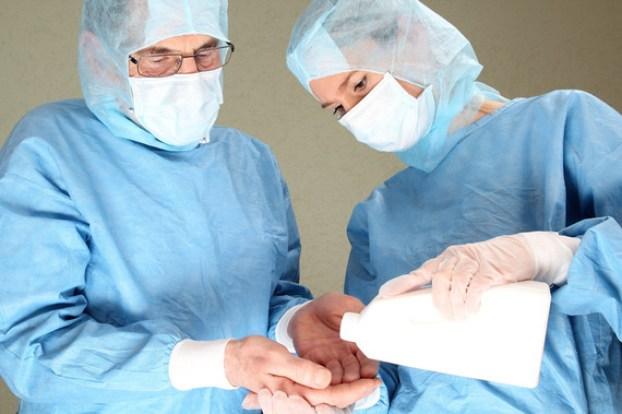 Zwei OP rzte bei Hndedesinfektion