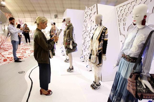 """Madrid, 15 sep (EFE).- Desigual, que inicia el calendario de la Mercedes-Benz Fashion Week Madrid (MBFWM), muestra una colección primavera-verano 2017 que se puede palpar y tocar, inspirada en una mujer """"aventurera y fuerte"""", que vive en una realidad analógica, pero en busca de """"experiencias virtuales"""".. EFE/Paolo Aguilar"""
