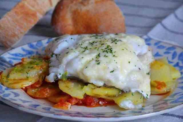 Receta de bacalao con salsa de tomate y patatas, gratinado con mahonesa o ali oli. Plato para sorprender a amigos y familiares