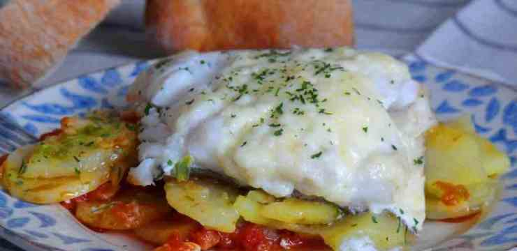 Bacalao gratinado con cama de tomate y patatas panadera