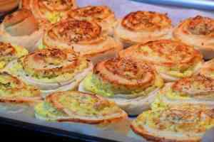 Una vez horneados, los panecillos de queso con forma de espiral quedan dorados y sólamente con mirarlos podemos deducir lo increibles que saben.