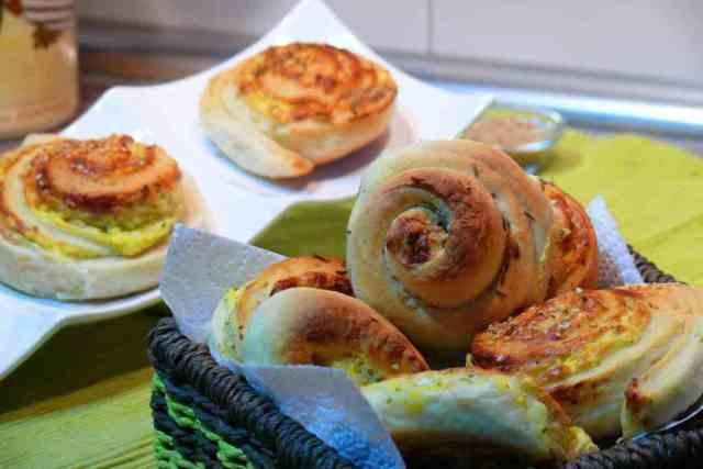 Panecillos con forma de espiral rellenos con queso de cabra y con comino y sésamo preparados con thermomix, una receta sencilla y resultona.