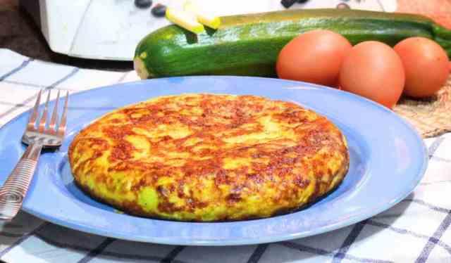 Tortilla de calabacin preparada con huevos de corral, es una cena ligera y saludable y divertida para los más pequeños de la casa.