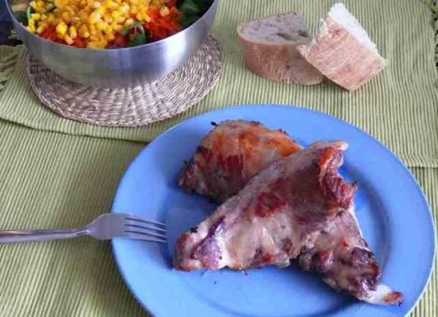 Con miel y aceite preparamos la salsa con la que pincelamos estas costillas de cerdo cocinadas previamente en la olla rápida