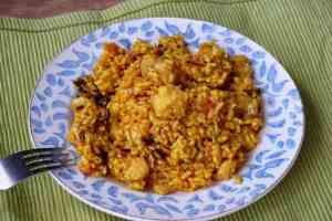 Este arroz con bacalao es muy fácil y rápido de preparar, sobre todo si tenemos salmorra y caldo de pescado congelado
