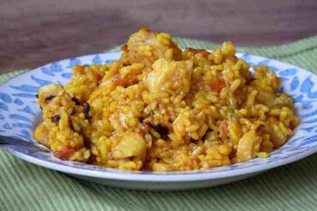 Como dice la canción hoy vamos a comer un arroz con bacalao que quita el sentío. Se prepara en muy poco tiempo y el arroz bomba absorve todo el sabor.
