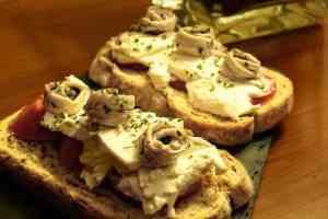 Aprovechamos unos boquerones en vinagre preparando una rica tosta sobre pan mediterráneo Hacendado