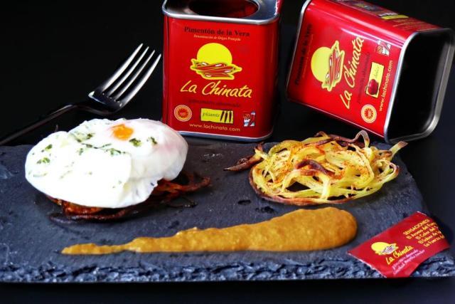 huevo poché sobre nido de patata
