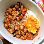 Cocina al microondas berenjena al pimentón con huevo