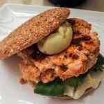 Hamburguesas de salmón con mahonesa de wasabi