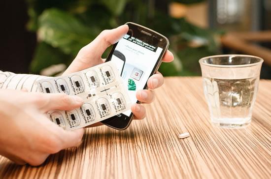Empaque inteligente para medicamentos con memoria de datos legible con un smartphone.  Fuente: Holst Centre