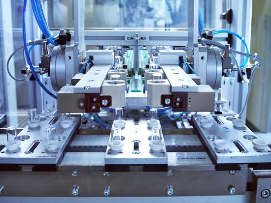 El revestimiento: Para que el vidrio no produzca posteriormente ninguna interacción con el producto llenado, se dota de una capa protectora en una máquina especial. (Foto: Schott PP/Tobias Hauser)