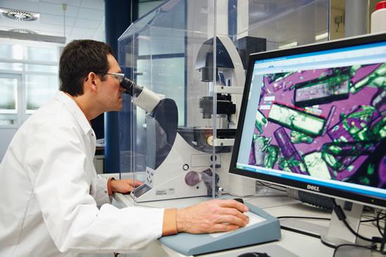 Diminutos portadores de esperanzas: Los investigadores hacen todo lo necesario para descubrir nuevos principios activos y así fabricar medicamentos mejores. Los cristales pueden transformarse especialmente bien en comprimidos. (Fuente: Bayer HealthCare AG)