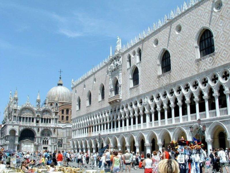 5.- Percibe el arte del palacio ducal