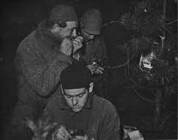 Het nachtelijk ringen van spreeuwen nabij Den Haag in 1931. Van onder naar boven: dr. K. Waldeck, dr J.C. Koch (die niet de spreeuw eet maar de ring met zijn tanden dicht maakt) en J.P. Bouma. Foto F.P.J. Kooijmans.