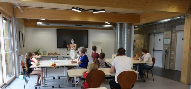 Groupe écoutant des explications autour des déchets, du réemploi et du recyclage