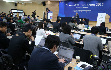 Benedito Braga, president of the World Water Council, speaks to reporters at the EXCO Convention Center in Daegu, the main venue for the World Water Forum, Sunday.